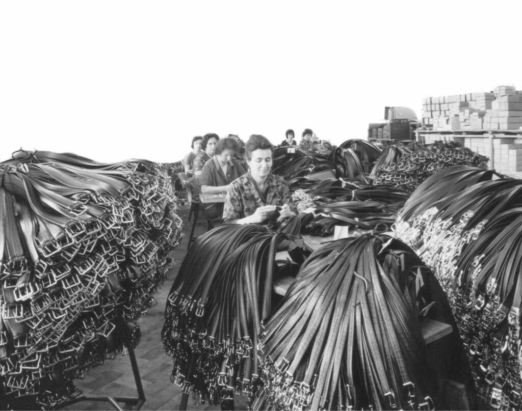 Arbeiterinnen stellen HEPCO-Gürtel fertig. Täglich wurden seit 1950 zehntausende Gürtel von HEPCO hergestellt.